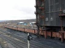 Cargamento del carbón en los carros en la planta de tratamiento foto de archivo