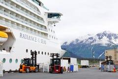 Cargamento del equipaje del barco de cruceros de Alaska Imagenes de archivo