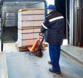 Cargamento del trabajador en el camión foto de archivo
