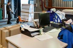 Cargamento del trabajador en la carretilla elevadora fotografía de archivo libre de regalías