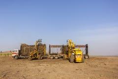Cargamento del tractor de la caña de azúcar Fotos de archivo libres de regalías