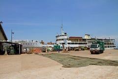 Cargamento del transbordador de Mwanza en la terminal Imágenes de archivo libres de regalías