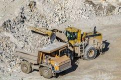 Cargamento del yeso en el camión de mina Imagen de archivo libre de regalías