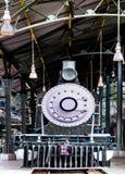 Cargamento locomotor ardiente del motor de vapor del carbón del vintage en la estación fotos de archivo