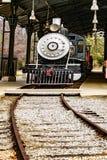Cargamento locomotor ardiente del motor de vapor del carb?n del vintage en la estaci?n imagen de archivo