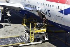 Cargando British Airways eche en chorro Imagenes de archivo