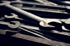Cargas das chaves ou das chaves inglesas na gaveta de madeira Fotos de Stock Royalty Free