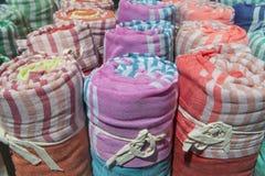 Cargas de muitas coberturas leves coloridas roladas do algodão imagens de stock