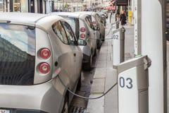 Cargas del coche eléctrico en la calle de París Imágenes de archivo libres de regalías