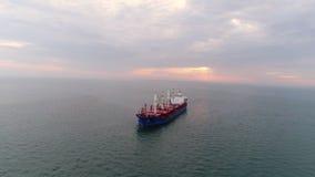 Cargo aérien de longueur flottant dans le port clips vidéos