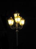 Cargo antigo da lâmpada no tungstênio na estrada na noite, fundo preto Imagens de Stock