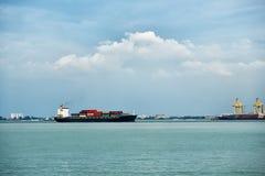 Cargo avec des récipients près du port à Penang, Malaisie Images libres de droits