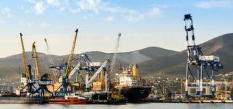 Cargo avec la grue au-dessus de la mer image libre de droits
