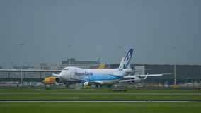 Cargo Boeing 747 de Nipón en el aeropuerto de Schiphol metrajes