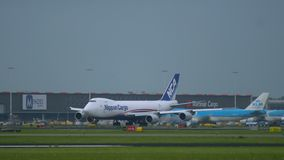Cargo Boeing 747 de Nipón en el aeropuerto de Schiphol almacen de video