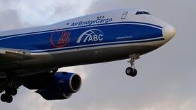 Cargo Boeing 747 del puente del aire que se acerca almacen de metraje de vídeo