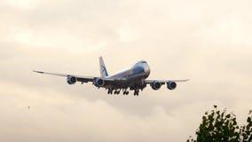 Cargo Boeing 747 del puente del aire que se acerca metrajes