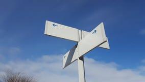 Cargo branco vazio do guia - no backgro do céu azul e da nuvem Imagens de Stock Royalty Free