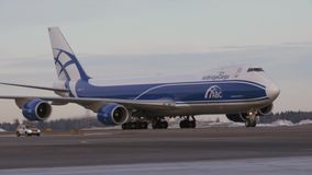 Cargo d'AirBridgeCargo Boeing 747 sur le macadam à l'aéroport banque de vidéos