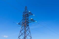 Cargo da eletricidade da fiação do volt no céu azul Imagem de Stock