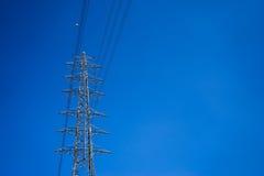 Cargo da eletricidade e céu azul do espaço livre Imagens de Stock Royalty Free