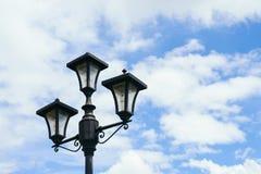 Cargo da lâmpada com fundo bonito do céu azul Fotografia de Stock