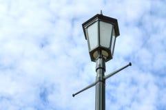 Cargo da lâmpada contra o céu nebuloso Imagem de Stock Royalty Free