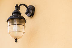 Cargo da lâmpada da casa na parede de tapume Fotografia de Stock