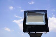 Cargo da lâmpada de rua do diodo emissor de luz no fundo do céu azul imagem de stock