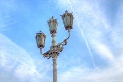 Cargo da lâmpada do vintage com céu azul fotografia de stock