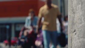 Cargo da luz de rua contra povos borrados filme