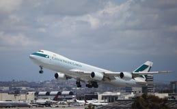 Cargo de Cathay Pacific B747-8 à l'air de Los Angeles Image libre de droits