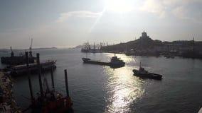 Cargo de départ dans le port continu banque de vidéos