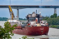 Cargo de Great Lakes passant à l'est par Welland Canal image stock