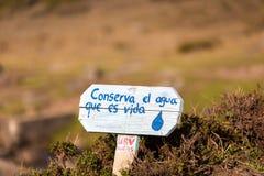 Cargo de madeira com mensagem: Salvar a água escrita no espanhol, Mer Fotografia de Stock Royalty Free
