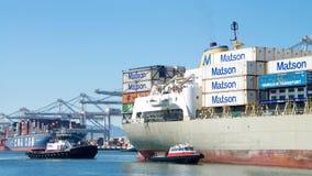 Cargo de Matson KAUAI entrant dans le port d'Oakland Images stock