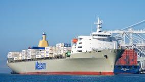 Cargo de Matson MANOA entrant dans le port d'Oakland images stock