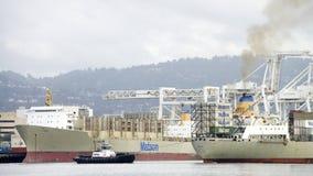 Cargo de Matson MAUI entrant dans le port d'Oakland images libres de droits