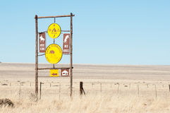 Cargo de sinal entre Sesriem e Aus Imagens de Stock Royalty Free