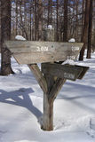 Cargo de sinal vazio da madeira de seta na neve mountian Fotos de Stock