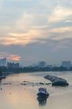 Cargo de Tug Boat dans le fleuve Chao Phraya dans la soirée Photos stock