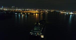 Cargo de vue aérienne le fleuve Delaware la nuit banque de vidéos