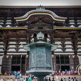 Cargo decorativo na frente do templo de Todai-ji fotos de stock royalty free
