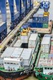 Cargo del cargamento en la nave Imagenes de archivo