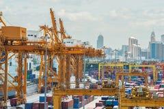 Cargo del envase en el muelle para las importaciones/exportaciones Imagen de archivo