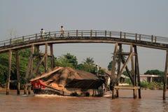 Cargo del maíz abajo del río Mekong Fotos de archivo libres de regalías