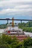Cargo di Grandi Laghi circa da andare sotto il ponte stradale fotografia stock libera da diritti