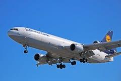 Cargo di Lufthansa Cargo McDonnell Douglas MD-11 circa da atterrare immagini stock libere da diritti
