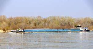 Cargo en amont sur la rivière Danube photos stock