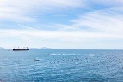 Cargo en mer bleue photographie stock libre de droits